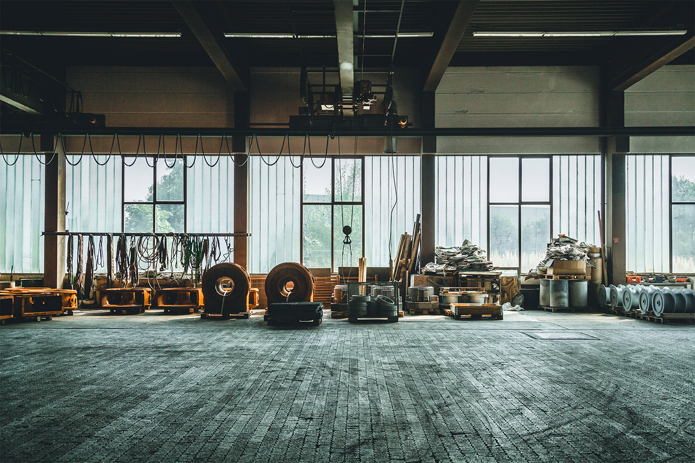 Lagerhalle mit Werkzeugen der Lackiererei Otto Böhm